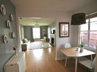 The Woodrow - Quirky, Classy, 3br/1ba - On Bus Line to UT and Downtown!, Austin