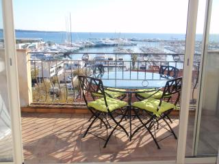 Luxury studio apartment with balcony overlooking Old Port of Cannes, sleeps 4