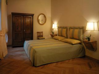 Charming, classic Florentine home with balcony view of the Duomo, sleeps 6, Florence