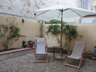 Beautiftul 1 bedroom Florence apartment with its own walled garden, ideal for a romantic getaway