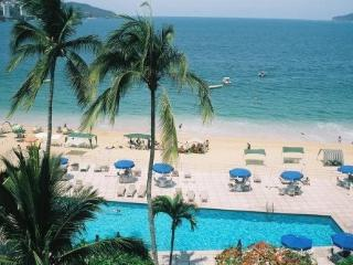 Spacious 2BR apartment on Ocean, with pool, Acapulco