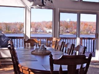 Lake front with hot tub, pool table, canoe - 5 BR, Tobyhanna