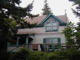 The Lookout Lodge - 5-minute walk to beach!, DownEast and Acadia Maine