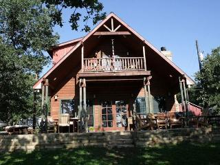 Your ESCAPE!! 4BR Waterfront Lake Lodge with Priva, Chico