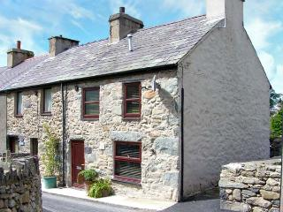CHARLIE'S COTTAGE, pet-friendly cottage in Snowdonia foothills, multi-fuel stove, WiFi, Rachub Ref 1814, Tregarth