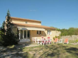 Comfy 3 bedroom holiday house with pool and patio, located between Avignon and Gard bridge