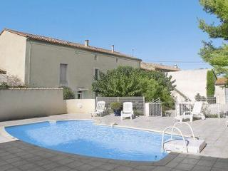 Spacious Holiday house in pretty Provence village with fenced swimming pool, sleeps 6, Avignon