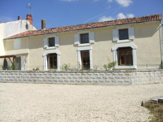 Large Traditional Farmhouse, Fontaine Chalendray