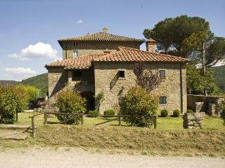 Gracious 6 bedroom villa in Tuscany's Cortonese Mountains, features swimming pool, garden and barbecue, sleeps 12, Cortona