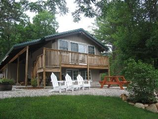 Updated Chalet Private Setting 5 Mi from Storyland, Intervale