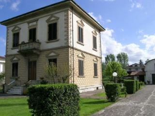 Villa Mariotta: beautiful, antique Tuscan house with private garden, located a few km from Lucca city centre, Pieve San Paolo