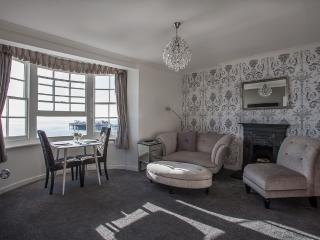 Seaview Apartment with parking, Brighton