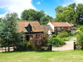 BURNT HILL HOUSE, detached period property, character features, en-suite, tennis courts, hot tub, near Beccles, Ref 28812