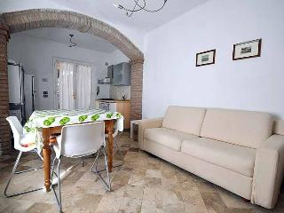 Seconds from the beach, one bedroom apartment rental with shared garden and private parking, San Vincenzo