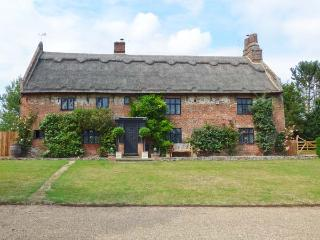 THE MANOR HOUSE, thatched property, hot tub, wet room, WiFI, woodburners, manor house near Gorleston-on-Sea, Ref. 913919