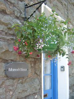 Manod View Nameplate and Pretty Hanging Basket helps you identify the cottage
