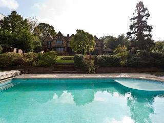 Tretawn: Incredible 7 bedroom house with heated pool and private garden in Finchley, North London