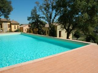 Holiday apartment with swimming pool and patio in the Tuscan hills, sleeps 7, Radicondoli