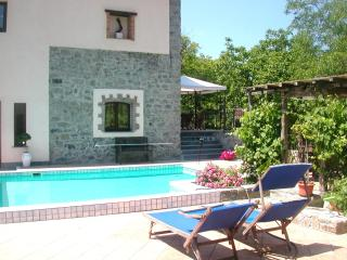 Elegant Country Apartment with pool, spa and views, Varese Ligure