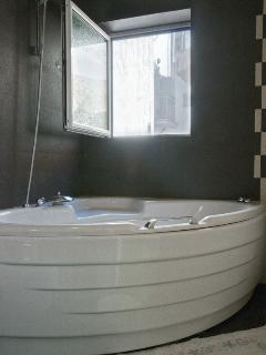 The upstairs bathroom with jacuzzi