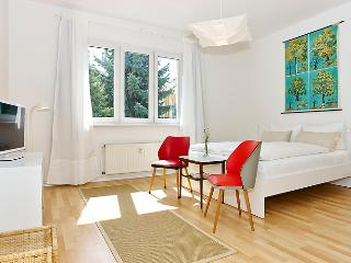 Bright Rental at Krefelder by the Spree in Berlin, Berlino