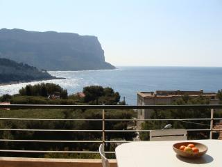 Cassis holiday apartment with stunning sea view and balcony, sleeps 4