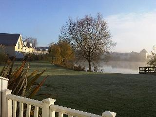 New England Style Cotswolds Lakeside Lodge, South Cerney