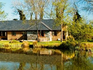 Luxurious 4 b/r Lakefront with indoor pool/hot tub, Callington