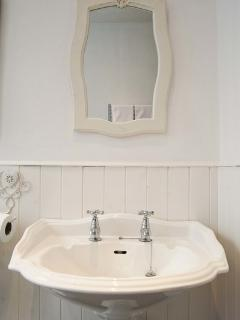 Vintage-style sink and tongue and groove panelling.