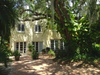 Secluded and Verdant Live Oak Cottage, Lake Worth
