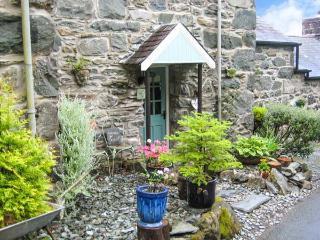 BRYN HYFRYD BACH, romantic, character holiday cottage, with open fire in Llanbedr, Ref 1706