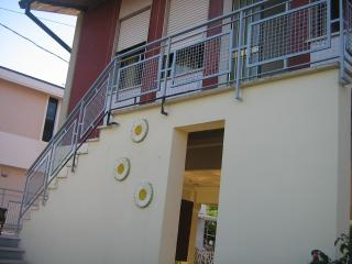 Comfortable Marina di Massa villa with terrace, private garden and secure parking, sleeps 5, Marina Di Massa