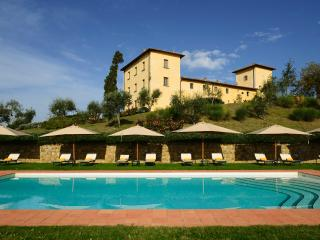 Welcoming, spacious Tuscan holiday apartment with heated pool and astounding surrounding countryside, Tavarnelle Val di Pesa