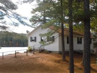 Cozy Private Lakeside Cabin, Dock & Sandy Swimming, West Newfield