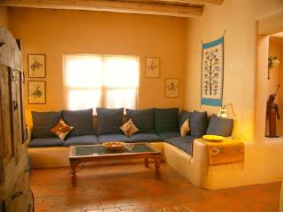 Casa Sonrisa: Charming 2/2 In-Town Adobe Casita!, Santa Fe
