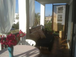 Beautiful Ibiza 2 bed apt with sunset and sea view, Port d'es Torrent