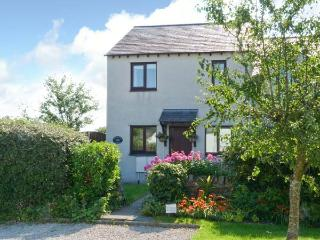 CHERRY TREE COTTAGE, family accommodation, WiFi, garden, shop and pub with walking distance, in Lindale, Ref 914112, Grange-over-Sands