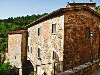 Romantic country house on a river with private garden and balcony, Greve in Chianti