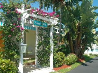 Pineapple Place Apartment Homes - Walk to Beach, Pompano Beach