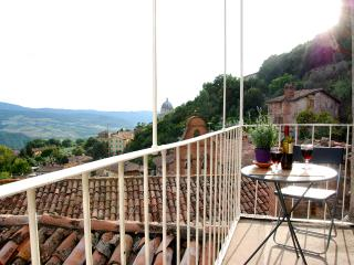 CHARMING MEDIEVAL TOWNHOUSE WITH BREATHTAKING VIEW, Todi