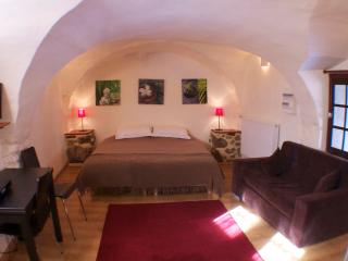 Beautiful cave studio close to Les Deux Alpes and Alpe d'Huez, Le Bourg-d'Oisans