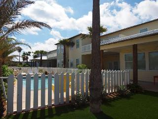 10 bedrooms, private pool, steps to the beach and sleeps 26!, Port Aransas