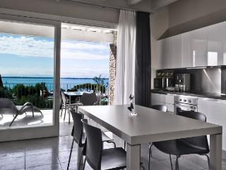Luxury lake view apartment in Moniga with pool, Moniga del Garda