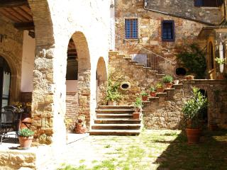 Rustic apartment in ancient Tuscan village with 2 bedrooms and shaded terrace, Colle di Val d'Elsa