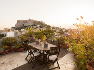 Great apt in Plaka with private roof top & balcony, Athens