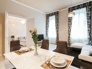 Central located luxury apartm. in a quite street !, Boedapest