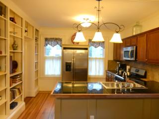 Beautiful Victorian 3 Bedroom apartment Suite, Saratoga Springs