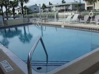 Jays Waterfront Condo, Heated Pool,Great Location!, Cape Coral