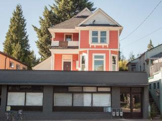 Cool Eco-Studio with Patio--Great Location!, Portland