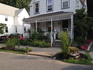 3 Bedroom + loft, den, 2 bath and gardens! Near co, Newton